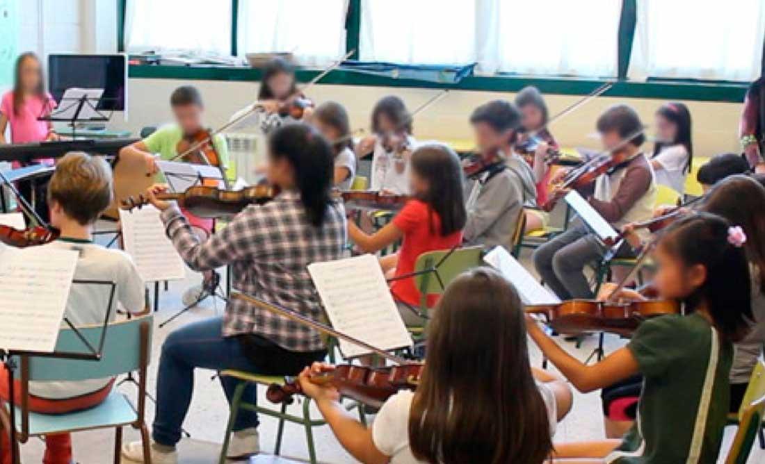 Nenos tocando o violín
